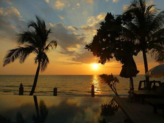 The Shambhala Khaolak Resort: Sonnenuntergang