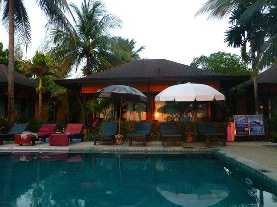 The Shambhala Khaolak Resort : Beachfront Bungalow am Pool