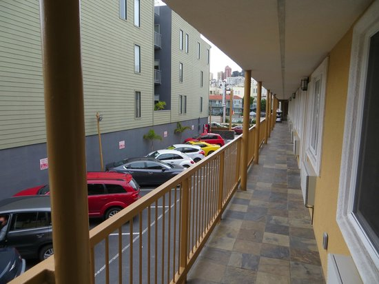Seaside Inn: Zimmerblick zur Strasse