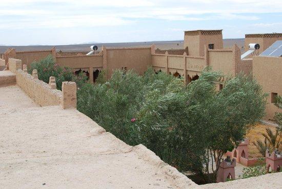 Kasbah Erg Chebbi: Blick vom Dach in den Innenhof
