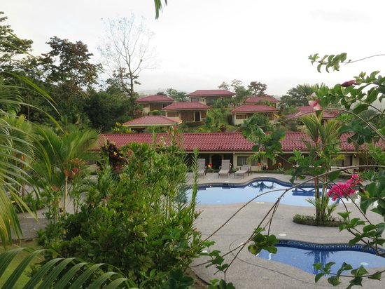 Arenal Volcano Inn: The wading pool and swimming pool with rooms in the background