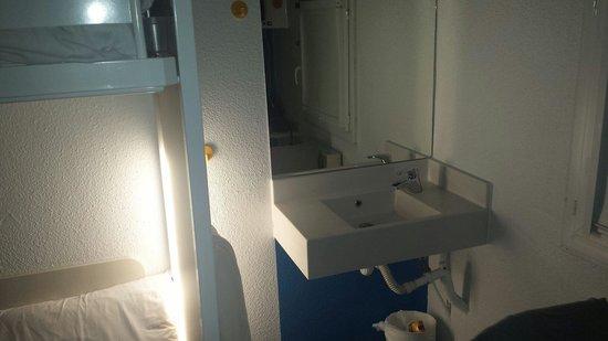 hotelF1 Geneve Aeroport Ferney Voltaire: Le coin salle d'eau