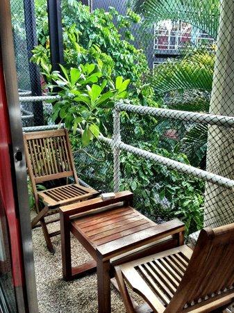 Hotel Reina Roja: Balcony in lush garden