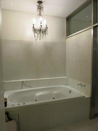 Hub Porteno: Bathroom includd 2 sinks, tub, shower, toilet closet