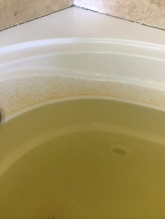 Empire Inn: brown water coming from the faucet of the jacuzzi
