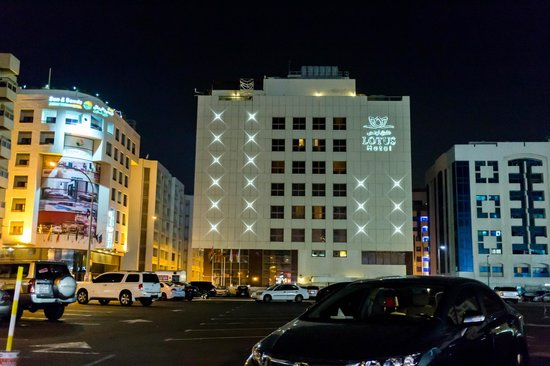 Sun & Sky Al Rigga Hotel: the side shot of Lotus Hotel at night