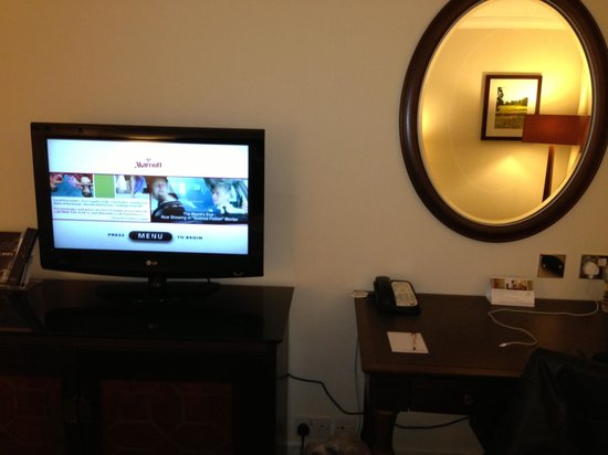 Marriott Forest of Arden Hotel & Country Club: Television & Mirror