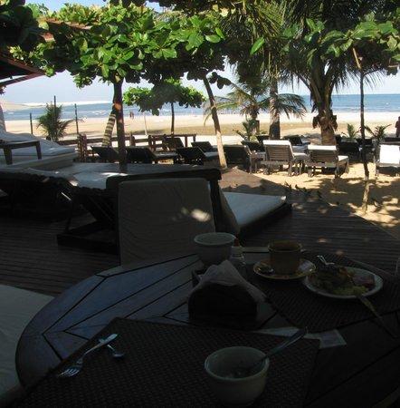 My Blue Hotel: A esquerda é servido o café da manhã. A direita é o restaurante.