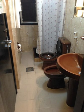 Qurum Beach Hotel : 70's bathroom ;)