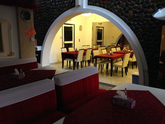 Qurum Beach Hotel: breakfast area