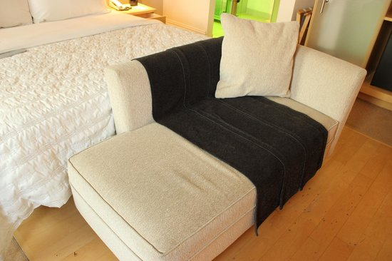 Le Meridien Vienna: seat in front of bed