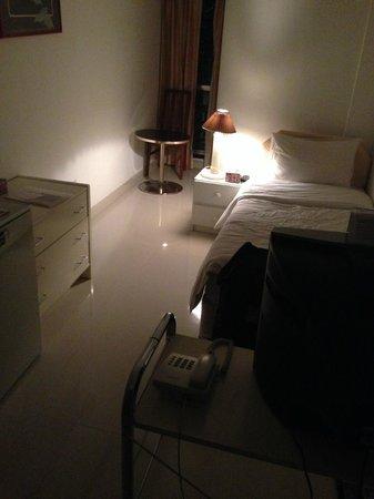 Qurum Beach Hotel: room @night