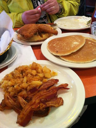 Pancakes oeufs brouill s bacon poulet pan photo de for Amy ruth s home style southern cuisine
