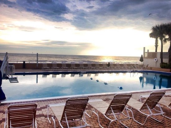 Holiday Inn Hotel & Suites Daytona Beach: Morning sunrise by the pool