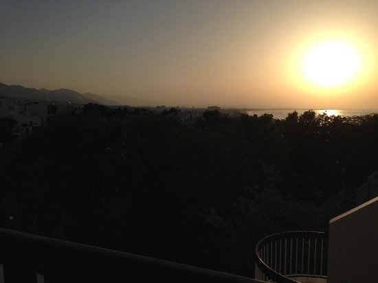Qurum Beach Hotel : Sunset view from roof terrace