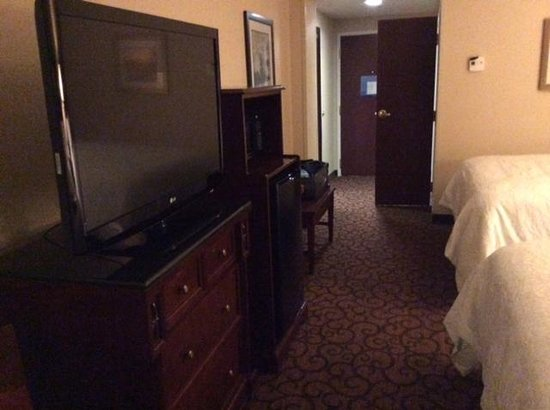 Hampton Inn Littleton: TV fridge, microwave