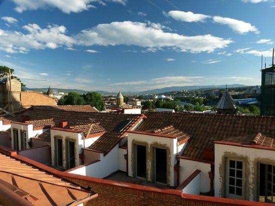 Envoy Hostel and Tours: Vista do terraço sobre o centro histórico ao Cáucaso.