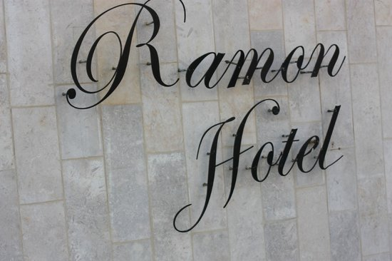 Ramon Suites Hotel: вход