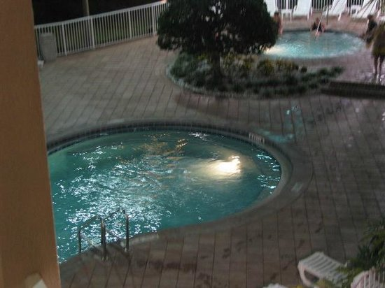 Clarion Suites Maingate: Pool and hot tub area