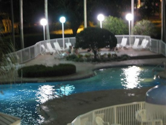 Clarion Suites Maingate: Night at the hot tub poll area