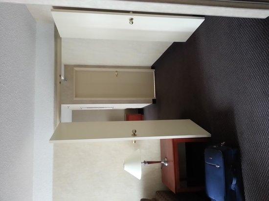 Coast Edmonton Plaza Hotel by APA : Room 903 double door between bedroom and living room