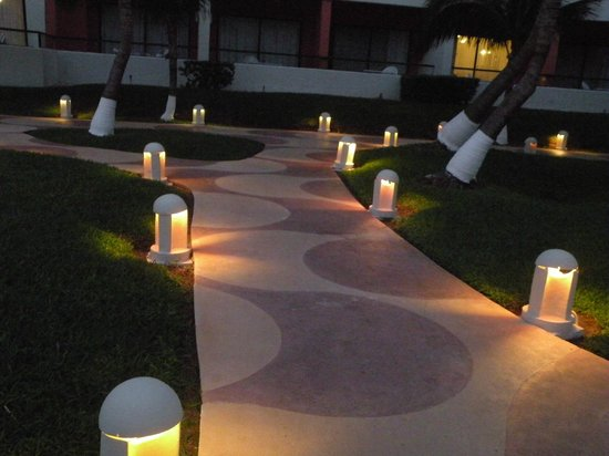 Crown Paradise Club Cancun: Lighted pathways