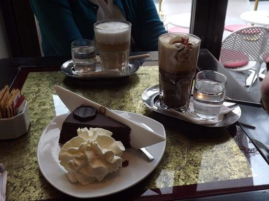 Historisches Zentrum von Wien: Sacher torte and coffee