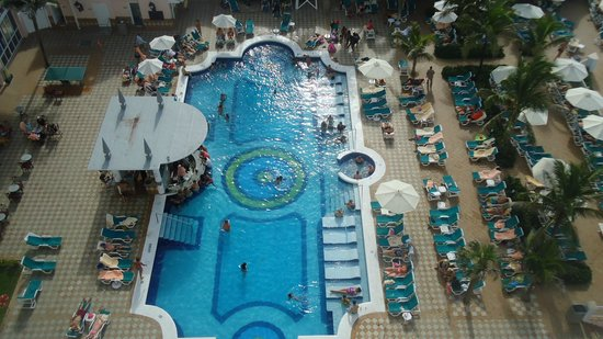 Hotel Riu Palace Paradise Island: View from 9th Floor down to the pool.