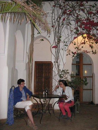 Riad Miski: binnenplaats Riad/ontbijten, drinken als frisser is buiten