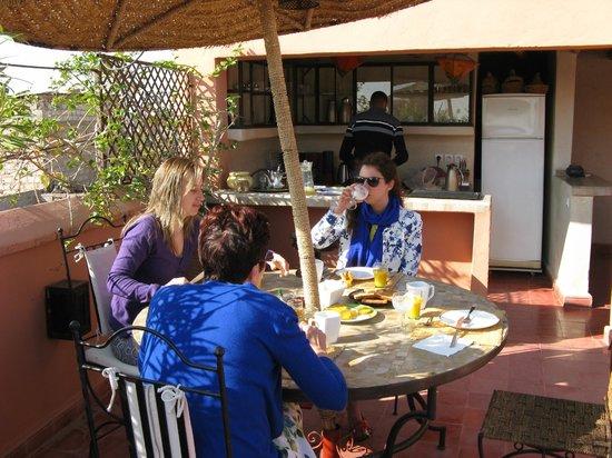 Riad Miski: ontbijten op terras van de Riad (bij mooi weer)