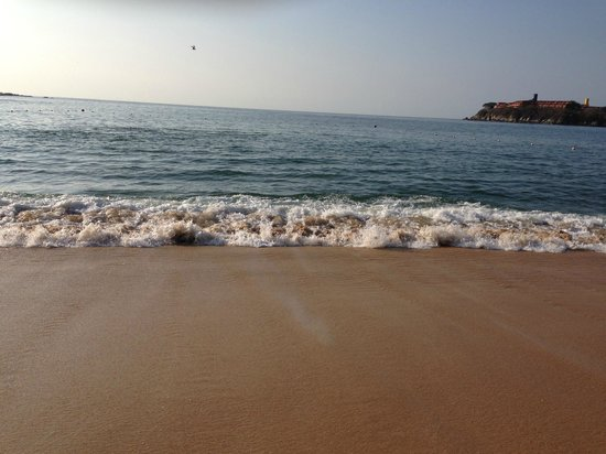 Dreams Huatulco Resort & Spa: Waves on the beach