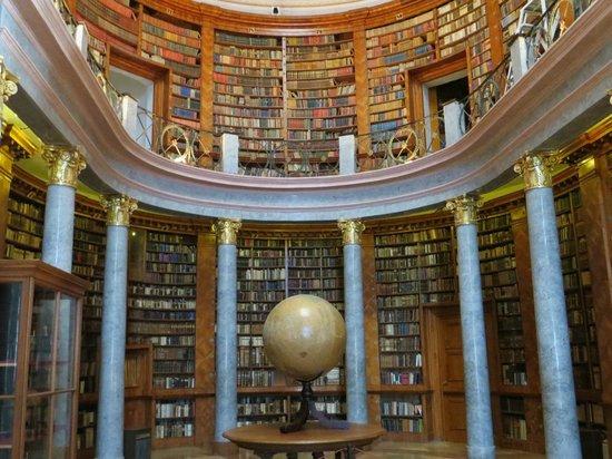 Pannonhalma Abbey : библиотека в аббатстве PANNONHALMA
