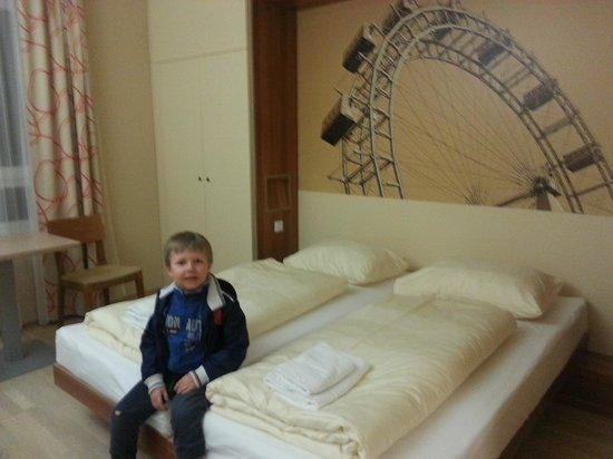 JUFA Hotel Wien City: Zufriedener kleiner Mann - das Zimmer gefällt ihm