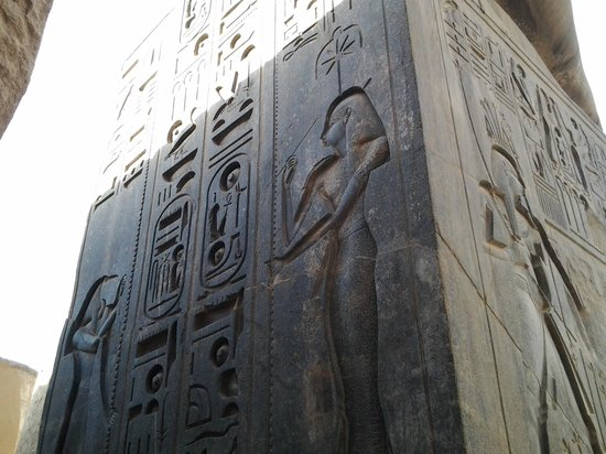 Luxor-Tempel: the goddess of knowledge extending. 100 million wishes of wellness to the pharo