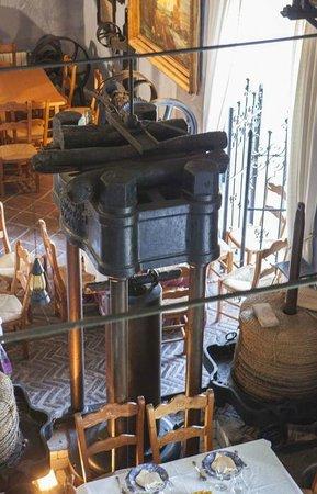 Molino de los Abuelos: Prensa de aceite en el Restaurante