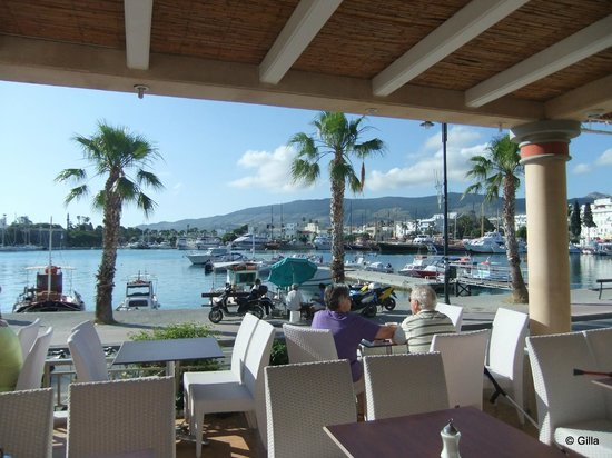 Astron Hotel : Utsikt från frukostaltanen mot hamnen