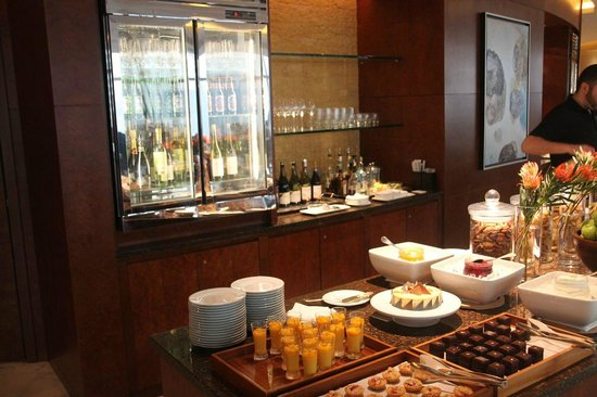 Grand Hyatt Kuala Lumpur : Buffet and drinks in club lounge
