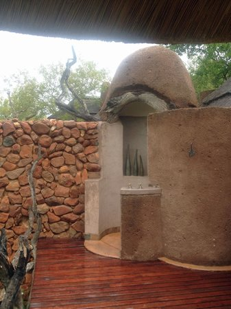 Madikwe Safari Lodge: Outdoor shower
