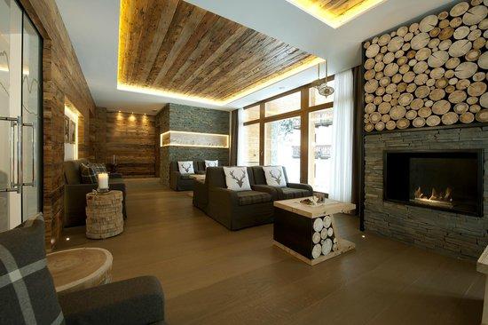 Hotel la Cacciatora Wellness & Beauty: Hotel La Cacciatora Canazei Trentino -  nuova sala relax panoramica con caminetto
