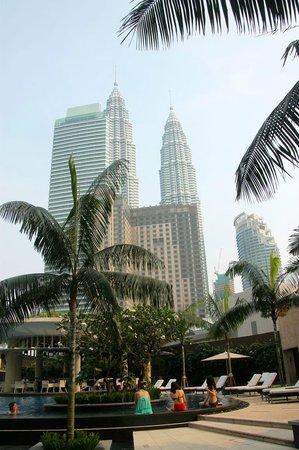 Grand Hyatt Kuala Lumpur : View of Petronas towers from pool