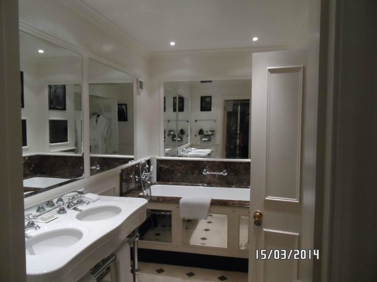 11 Cadogan Gardens: sloane bathroom