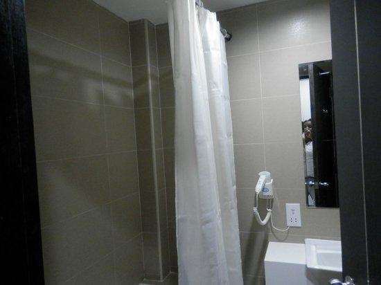 Santa Grand Hotel Bugis: Vue de notre salle de bain