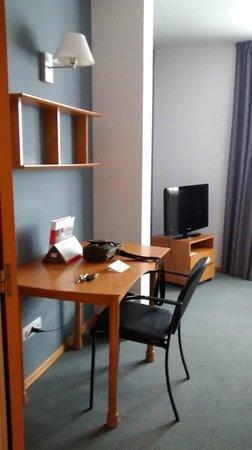 Aparthotel Atenea Valles: Mesa entrada