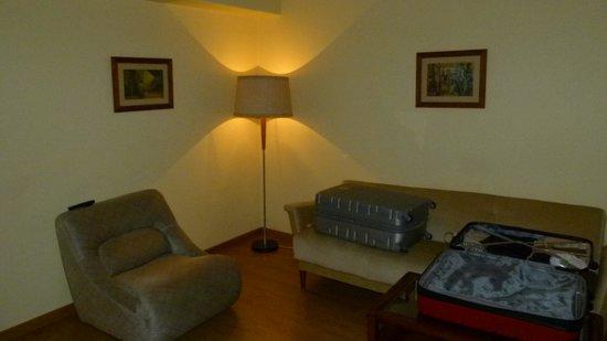 Hotel Da Nazare: Sala do quarto.