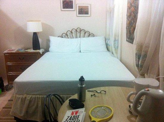Casabella Bed & Breakfast: Bed & table