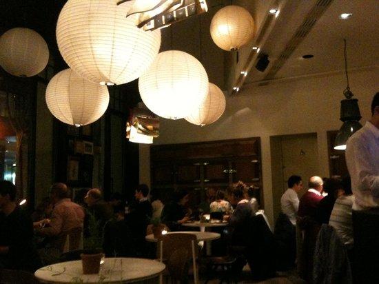 Bar Lobo : Small tables area