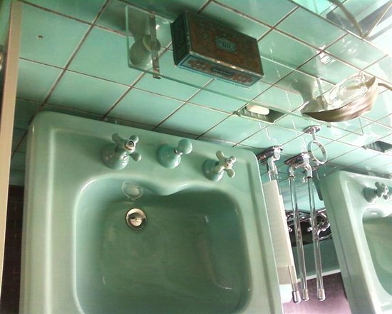 Huis Sonneveld: washbasin in nice green color