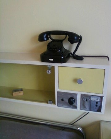 Huis Sonneveld: telephone in the room, next to radio