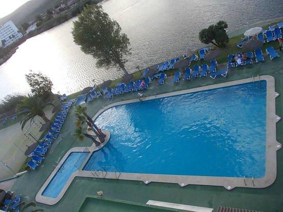 Grupotel Amapola: Piscine et lac depuis la chambre.