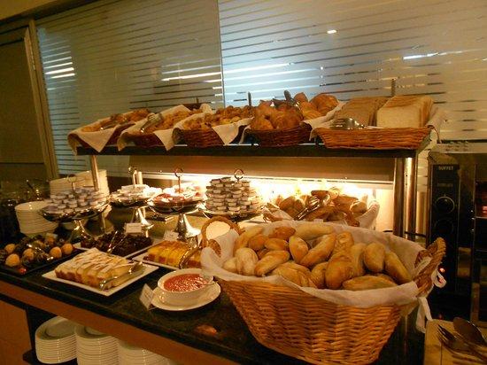 Hotel Becquer: Café da manhã variado